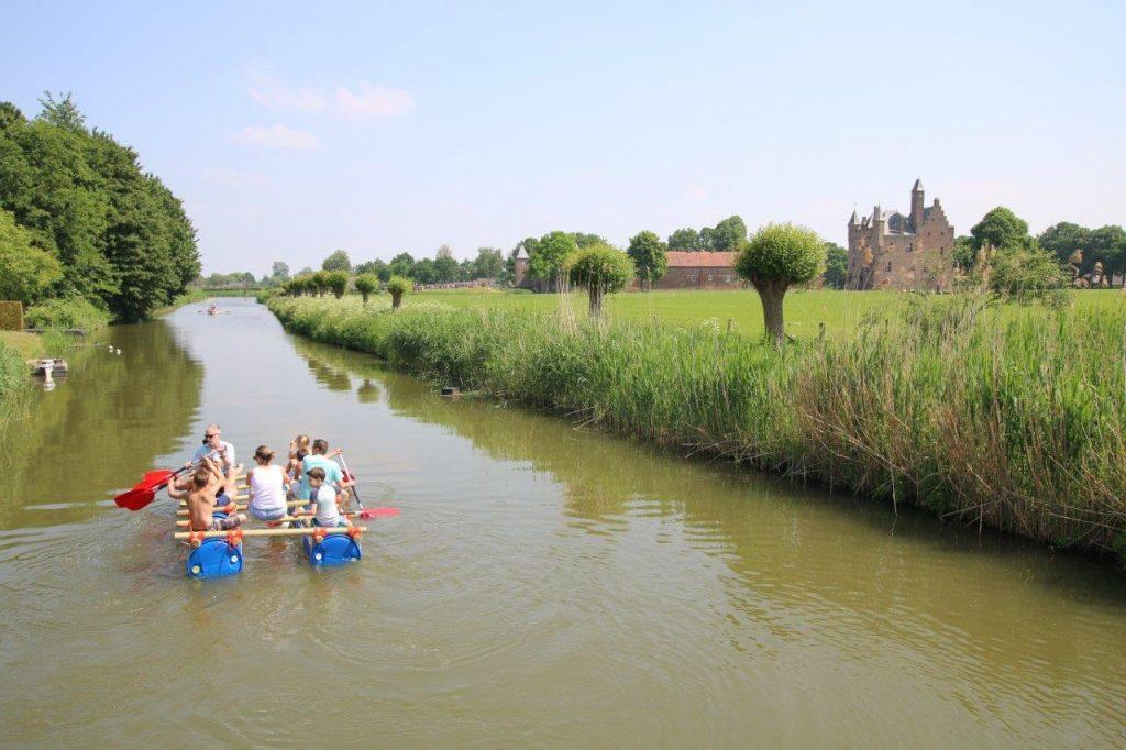 Vlotvaren bij het kasteel Doornenburg